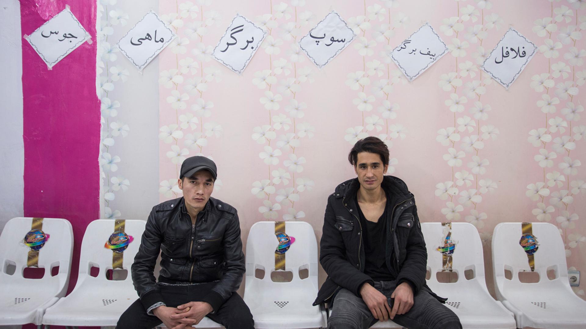 Ali Hosseini (l). und Alimadad Naseri (r.) in einem Café im Kabuler Westen, einem Tag nach ihrer Rückkehr nach Kabul. Sie beraten, was sie beide als nächstes tun sollen.
