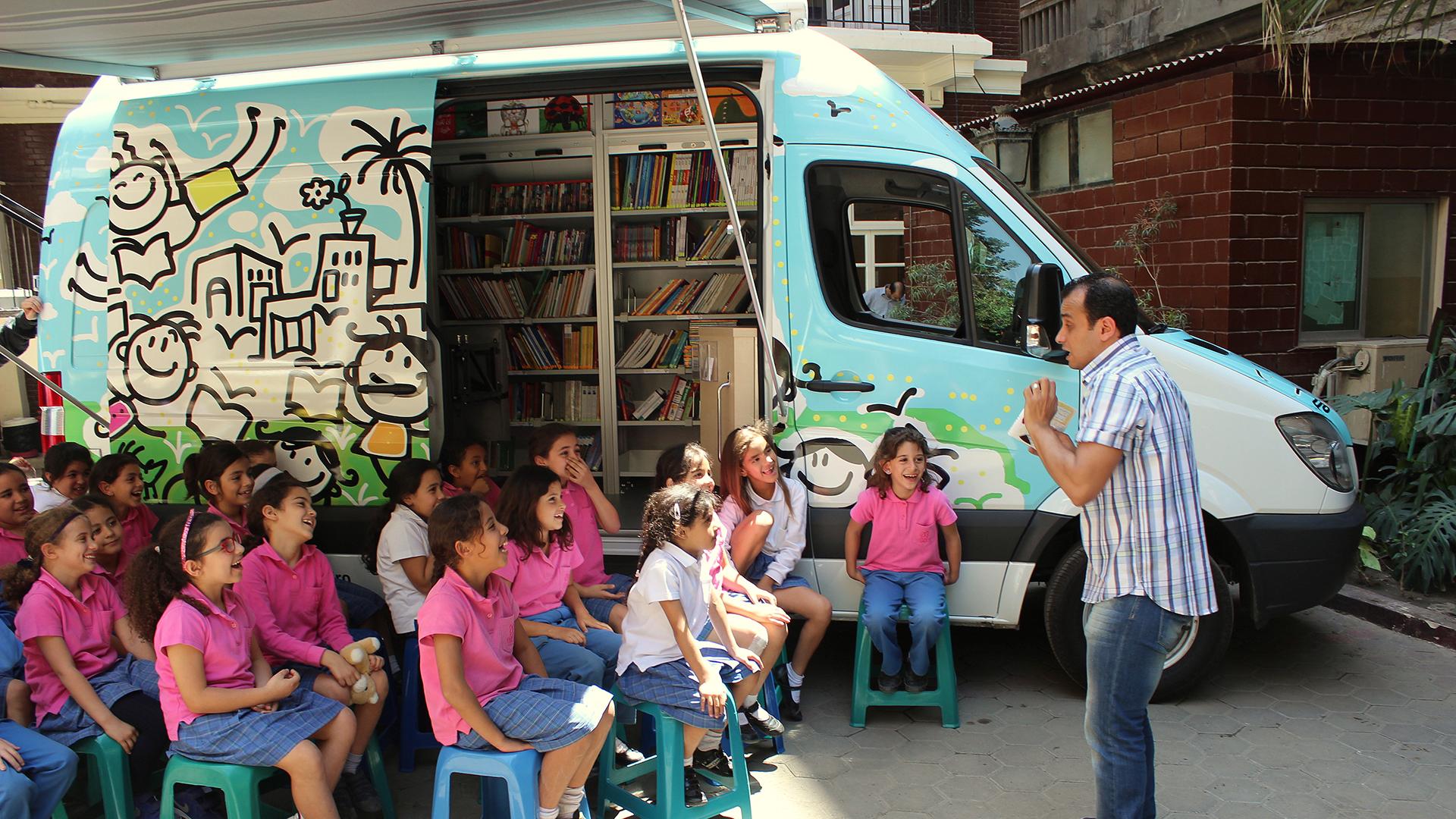 »Früher empfanden die Kinder Lesen als lästige Pflicht. Nun kommen sie nach der Lektüre zu mir und erzählen mir, was sie alles gelesen haben«, sagt Adel Hegy.